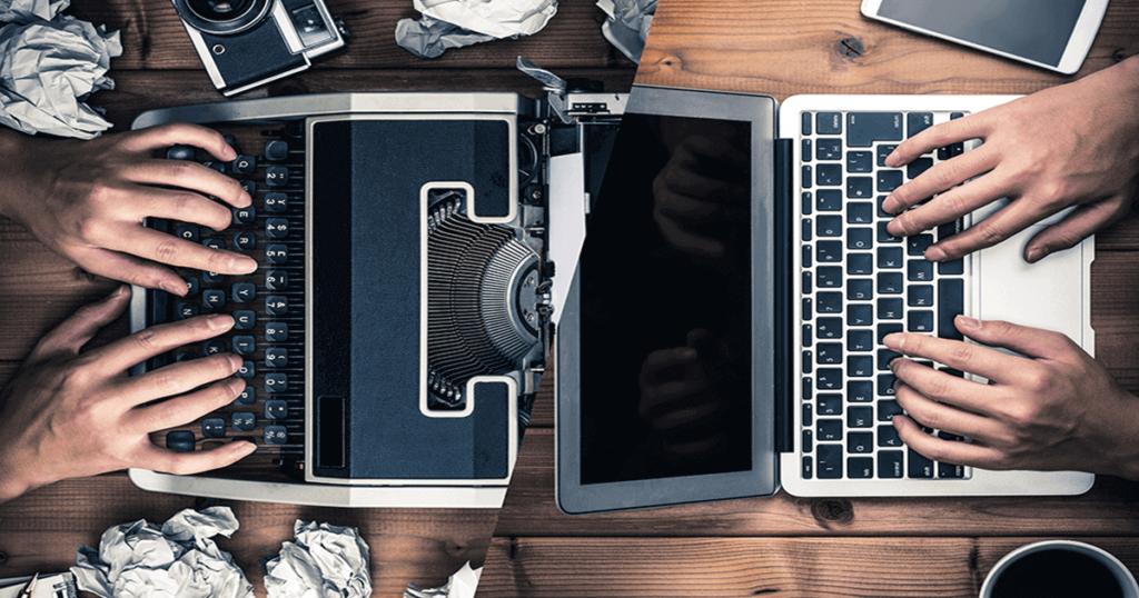 Máquina de escribir y computador portátil uno frente a otro