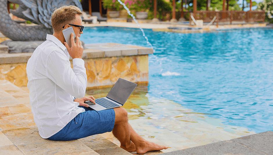 persona trabajando en vacaciones
