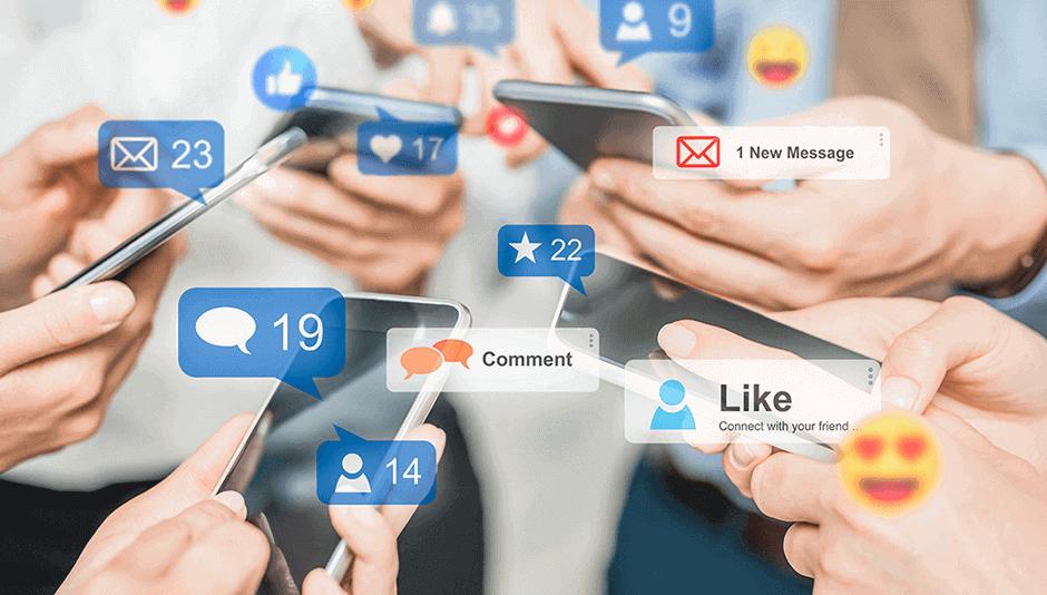 Personas con celulares en sus manos interactuando en redes sociales