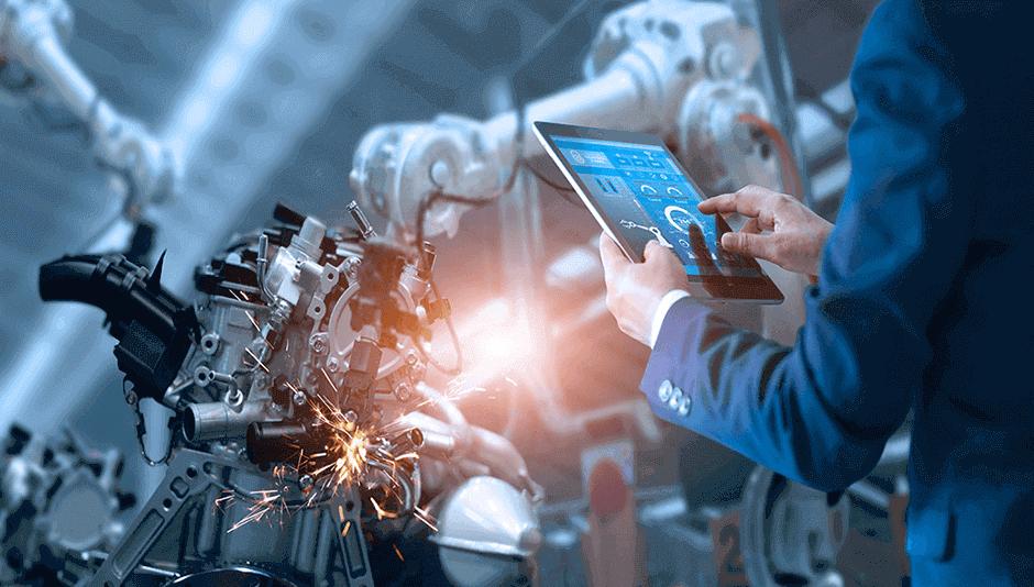 Persona con una tablet en su mano en una fábrica de tecnología